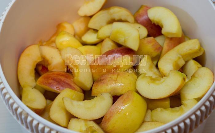 порезала яблоки дольками
