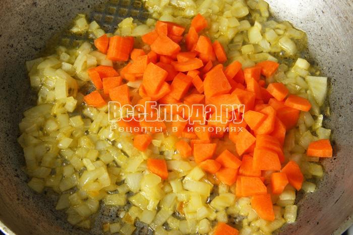 жарю лук и морковку