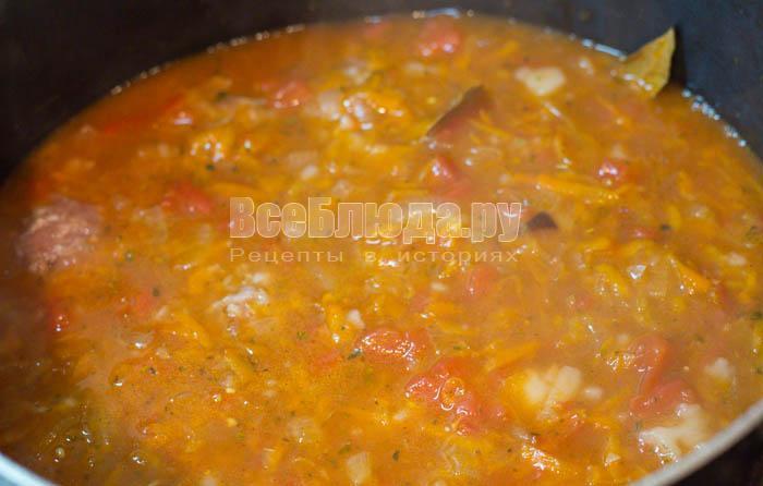 вылить томатный соус в кастрюлю