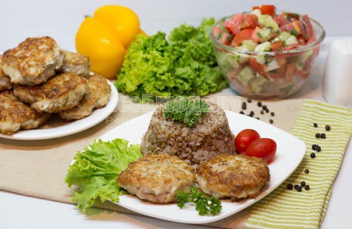 готовые мясные котлеты с кабачком