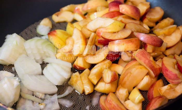обжарить лук и яблоки