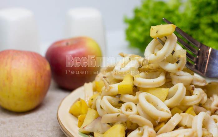 рецепт жареных кальмаров с луком и яблоками