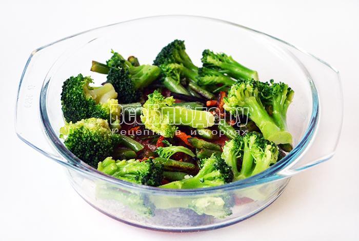 разложите брокколи