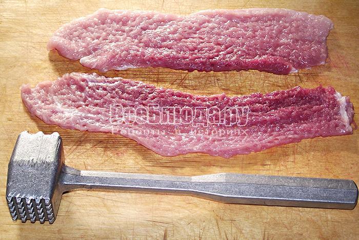 отбиваем свиное мясо