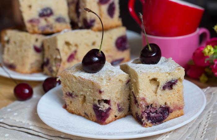 Медовый пирог с ягодами (черешней)