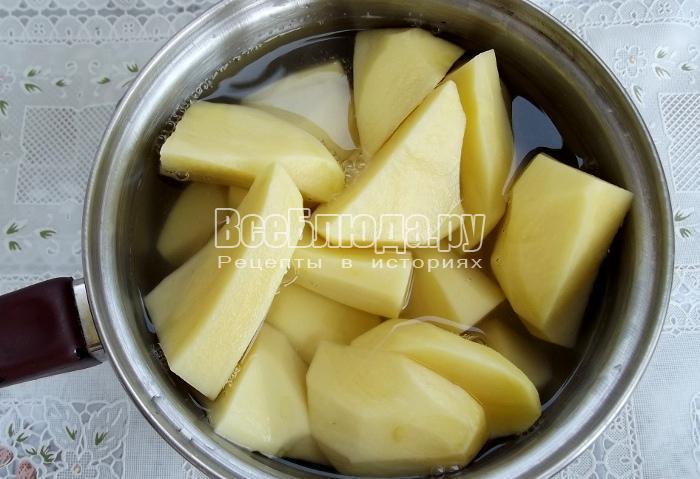 почистить картошку и поставить вариться