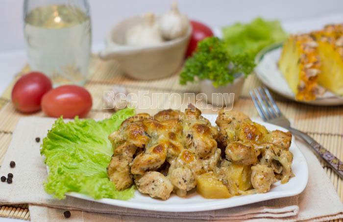 готовая курица с ананасами и сыром в духовке