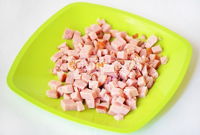 нарежьте свиной окорок