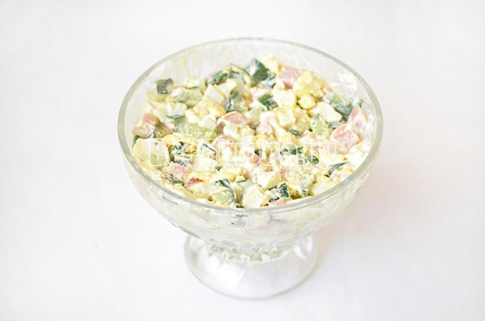 уложите салат в формочку