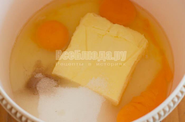 взбить масло с сахаром и яйцами