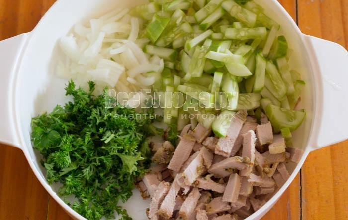 порезала мясо и огурцы