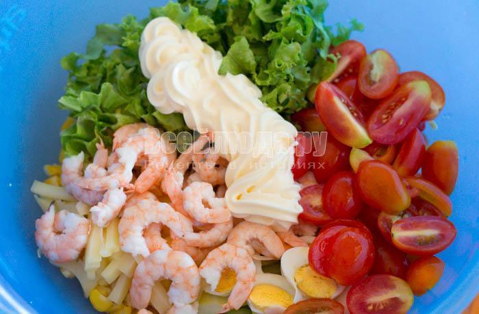 Салат из креветок с кукурузой и помидорами (сыр, огурцы, яйца)