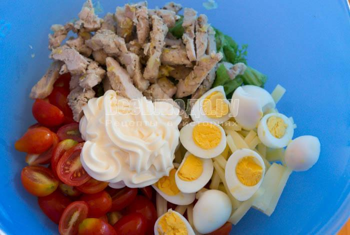 Салат с отварной свининой, помидорами, сыром, яйцами