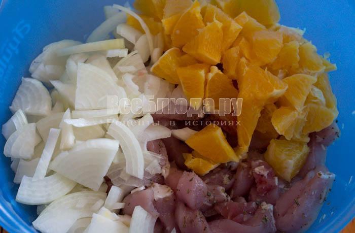 порезать лук и апельсин