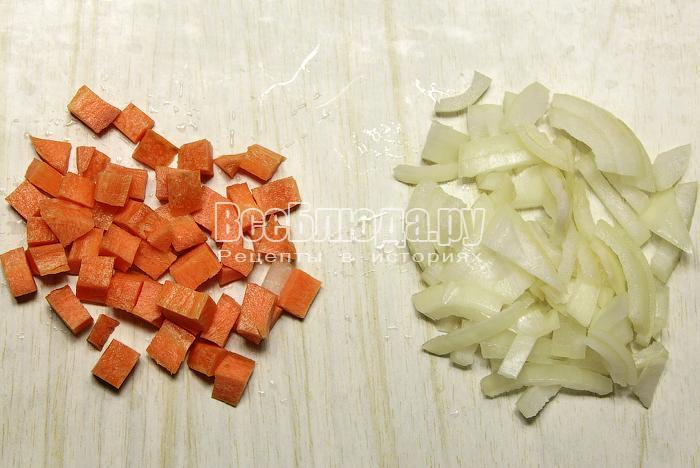Нарезали морковь и лук