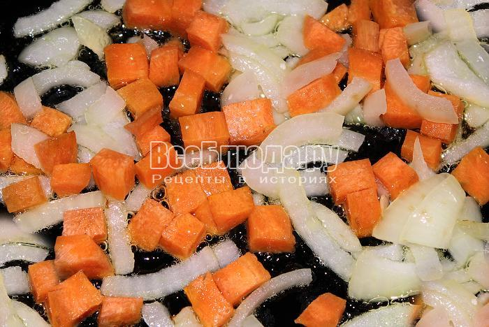 Обжарили лук и морковь