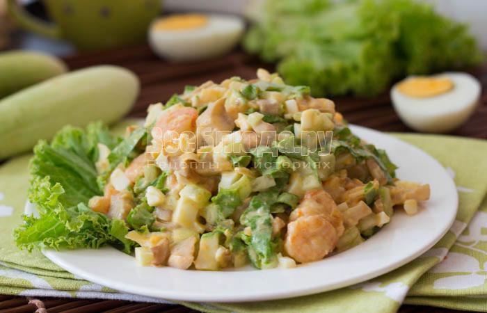 Салат с креветками и жареными грибами