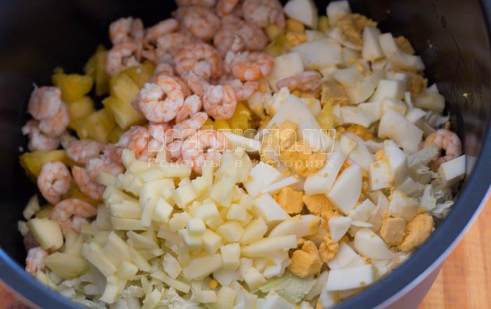 порезать яйца и сыр