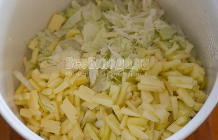 порезать капусту и яблоко
