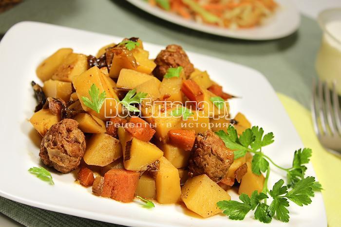 Картофельное рагу на тарелке