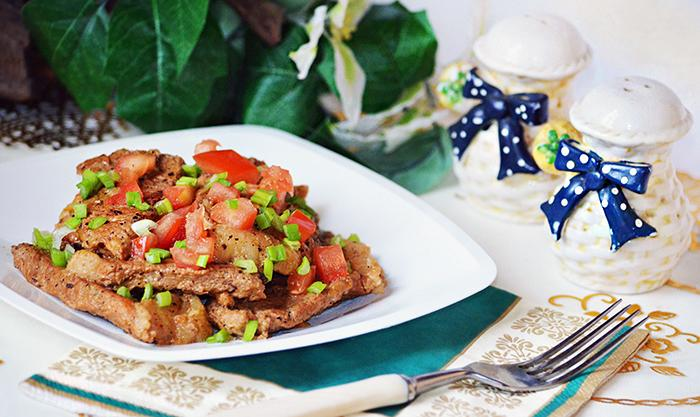 Мясо жареное с помидорами и зеленью