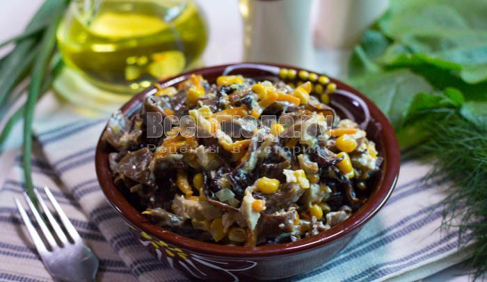 Салат из древесных грибов с кукурузой и курицей