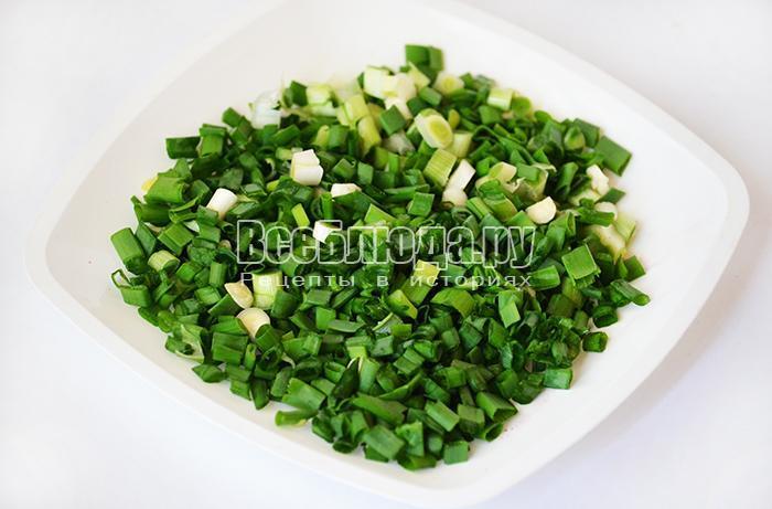 нарежьте зеленый лук