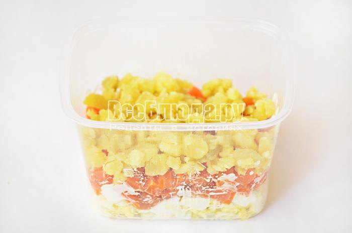 уложите слоями салат