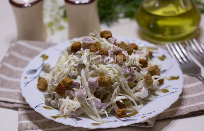 салат из капусты с колбасой и горошком