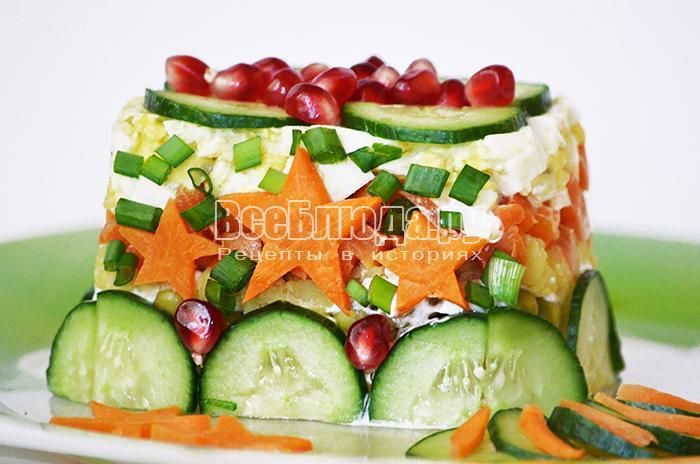 Слоеный салат в квадратной формочке к 23 февраля (картошка, гранат, огурец, морковка, сыр)