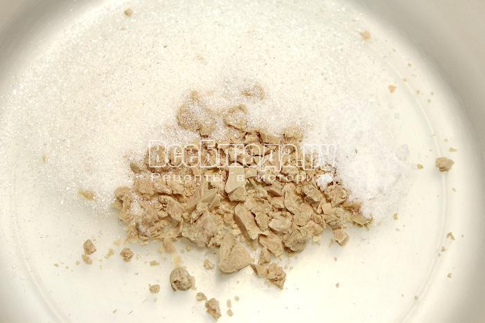 Смешиваем дрожжи с сахаром и солью