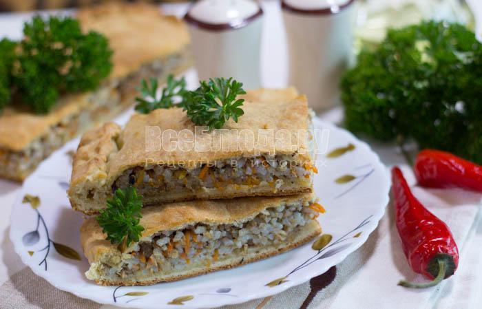 готовый рыбный пирог с консервой и рисом