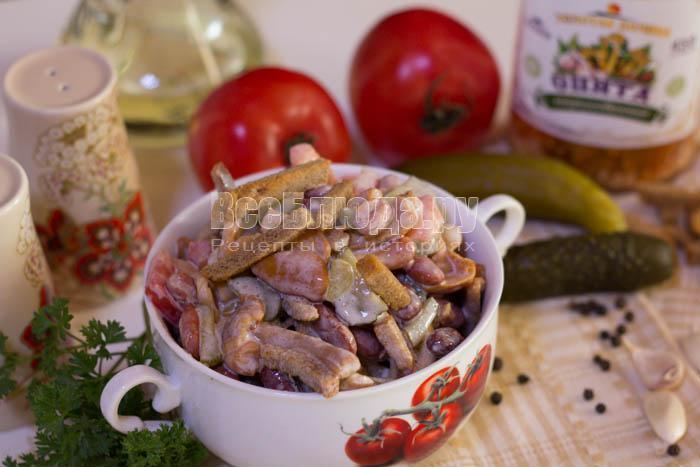 рецепт салата с красной фасолью консервированной с сухариками и