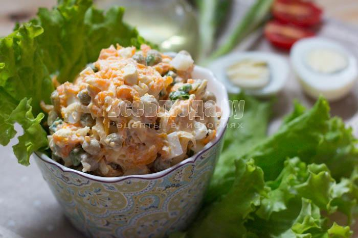 Салат из вареной моркови, яиц, сыра и горошка