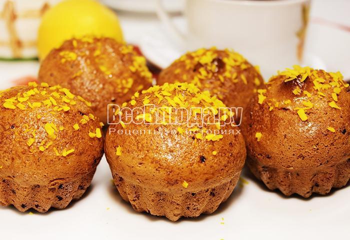 Готовые лимонные маффины на тарелке
