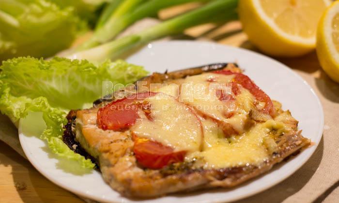готовая горбуша с сыром и помидорами