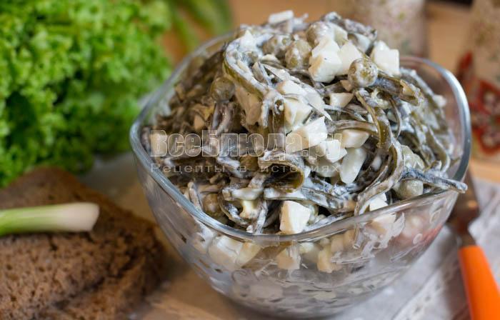 Салат из морской капусты с яйцом и зеленым горошком