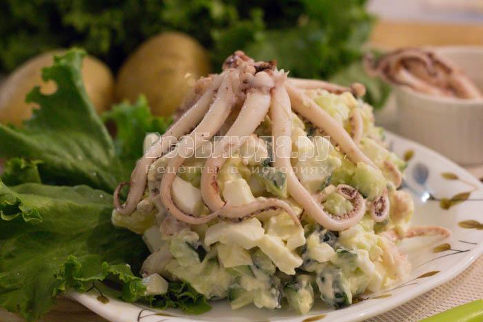 Салат с щупальцами кальмара, огурцами и картошкой