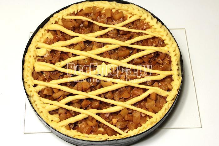 Выложили начинку, украсили пирог