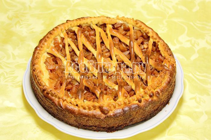 Готовый пирог с яблоками на блюде