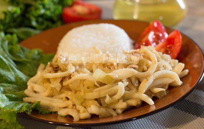 жарю кальмары с лучком на сковороде
