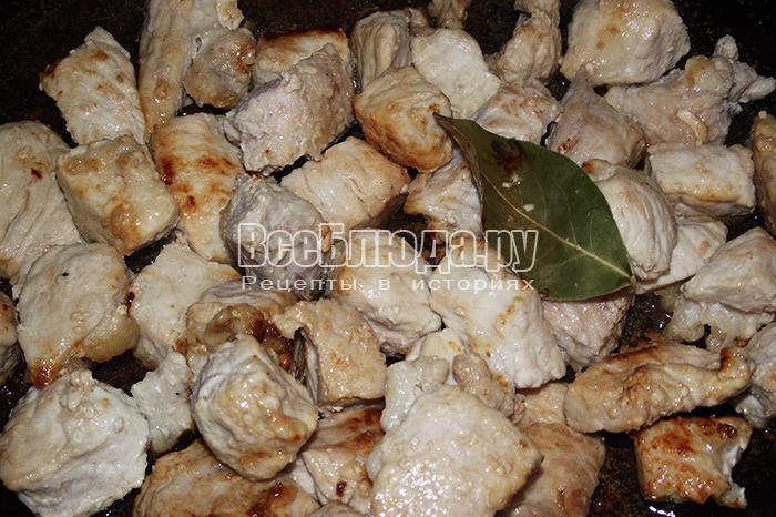 добавьте в мясо лавровый лист