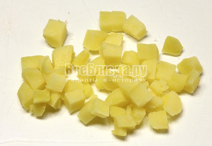 Нарезали кубиками вареный картофель