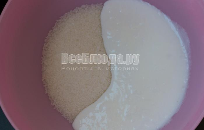 вылить кефир и сахар