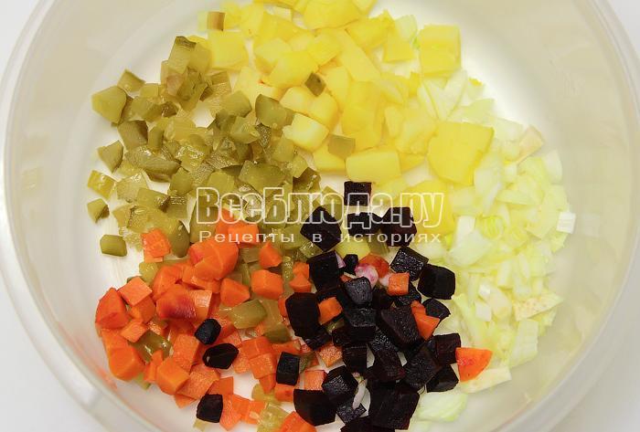 Выложили нарезанные овощи в миску