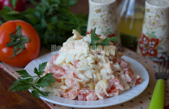 Салат с гребешками (помидоры, яйца, лук)
