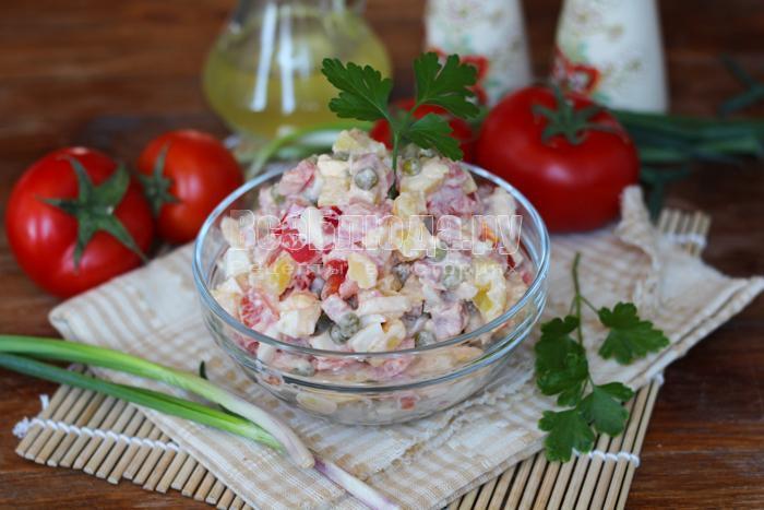 готовый салат с колбаской и помидорами