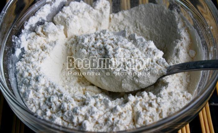 соединить муку и соль