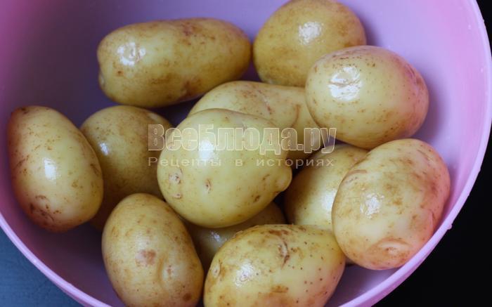 очень удобно запекать в кожуре именно молодую картошку