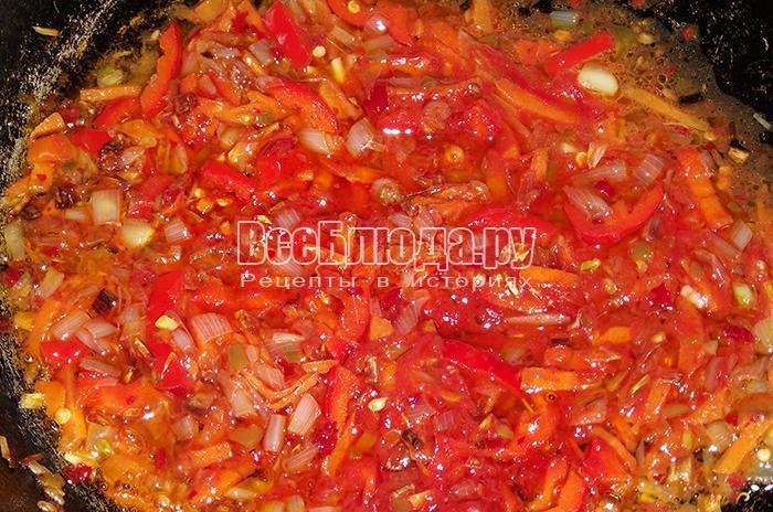 добавьте томат, болгарский и горький перец